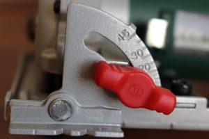 Winkelmesser und Feststellschraube zum einstellen des Schnittwinkels
